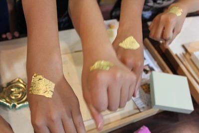 8-小学生が金箔押し体験