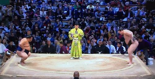 大相撲九州場所にBABYMETALタオルを持った人が映り込む