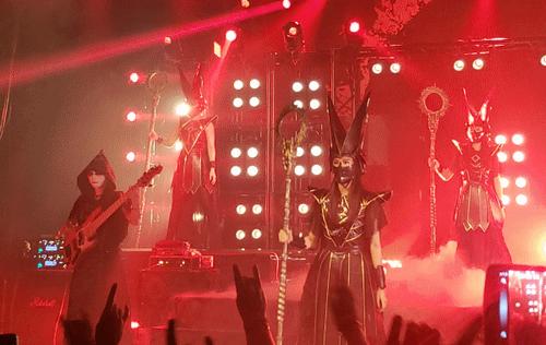 BABYMETAL-red-stage-mask