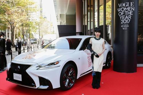 「VOGUE JAPAN Women of the Year 2017」受賞、MIKIKO先生レクサス新型LSで会場に登場!