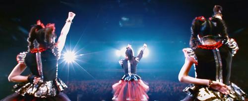 『BABYMETAL』JKT48のデシーさん「メギツネ聞いて頑張る」+HOT TOPICで謎のベビメタTが販売中ほか