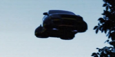 空中に浮かぶ自動車