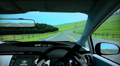 高原の道路をドライブしている