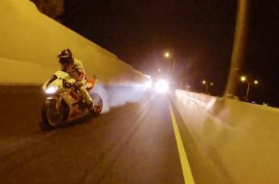 高速道路でバイクがドリフト走行している