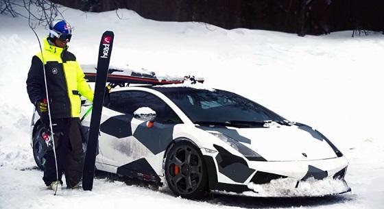 スーパーカーガヤルドの横でスキー板を掲げる男性