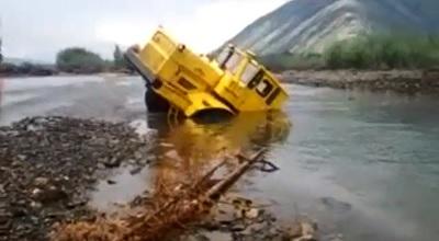 川の中から脱出をしようとしているトラック
