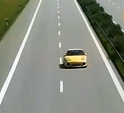 アウトバーンを走る黄色いスポーツカー