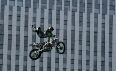 都会の真ん中で大ジャンプするオフロードバイク
