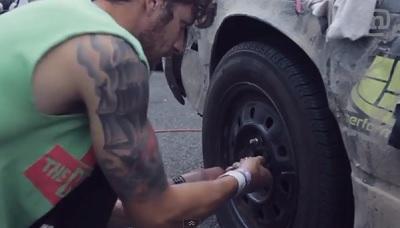 鉄製タイヤホイールのナットを締める男性