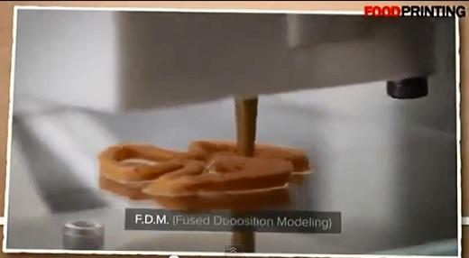 フードプリンターで菓子を3Dプリントしている
