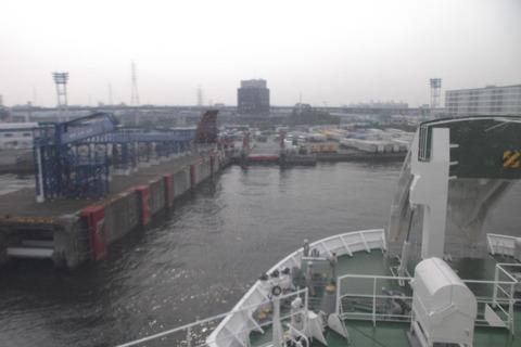 大阪南港へ着く