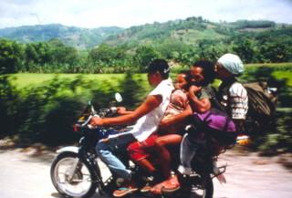 バイクに乗るタサダイ族