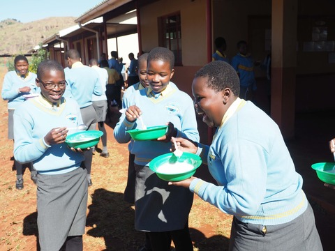 インチュワンチュワを食べる生徒3