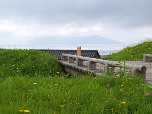 19志苔館跡土塁と函館山方面の眺め