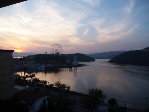 2018090115ホテル部屋からの夕日の浜名湖内浦と大草山展望台