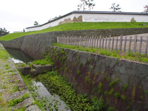 h303松前城搦手ニノ門前の外堀と剥げた土塀
