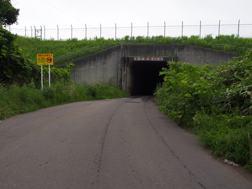 05滑走路下の横断道路北側入口