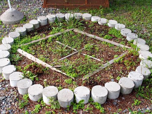 h309松前藩屋敷の表門で家紋型の植花スペース