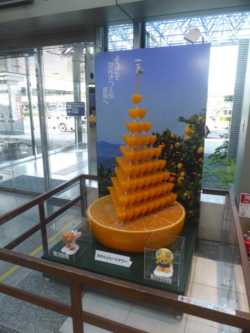 2017081903松山空港1階ロビーにてみかんジュースタワー