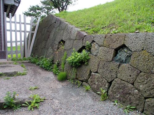 h304松前城天神坂門付近の亀甲積みの石垣