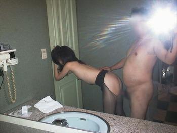 鏡を使って撮られた素人カップルたちの流出・投稿エロ画像 (14)