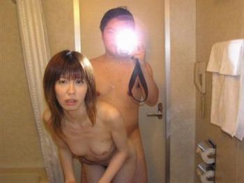 鏡を使って撮られた素人カップルたちの流出・投稿エロ画像 (31)