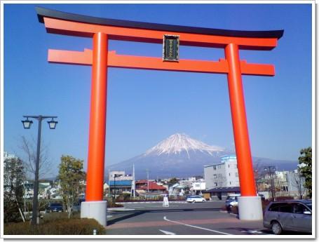 富士宮鳥居と富士山