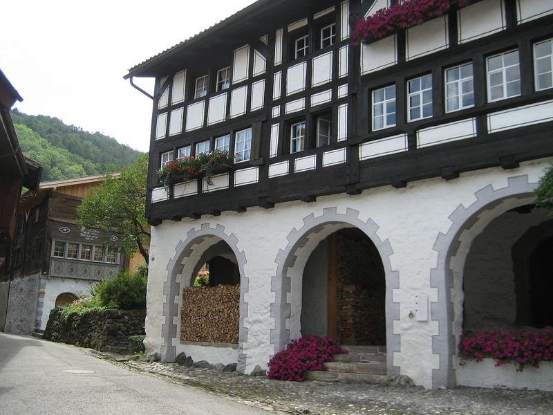 1280px-Doppelhaus_Werdenberg