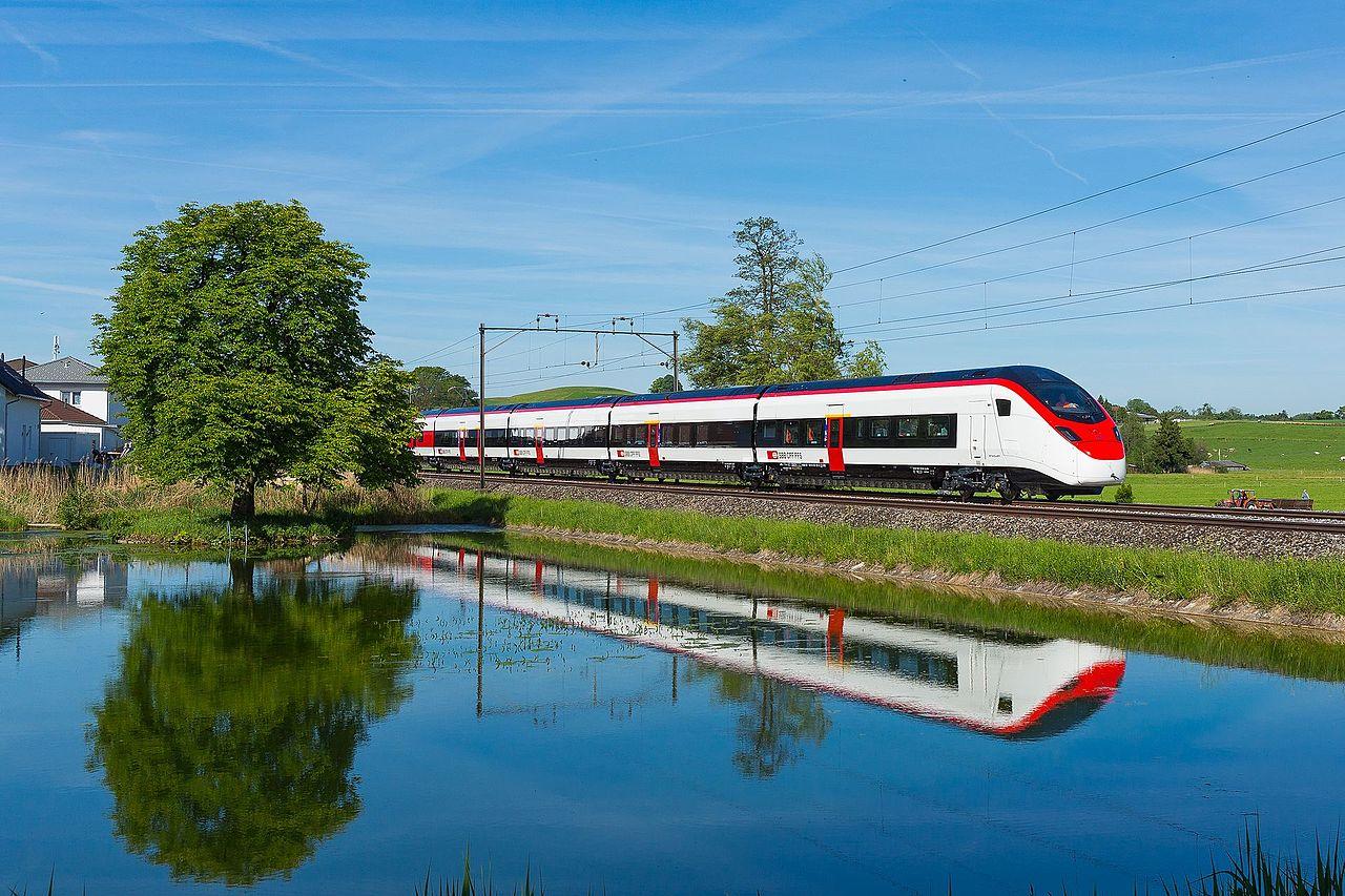 スイス製Wi-Fi付き列車が初お披...