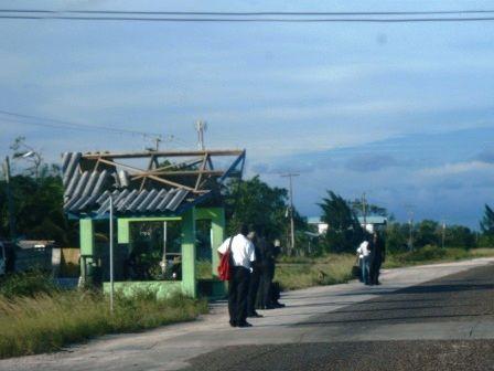 屋根のないバス停