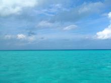 青い空とエメラルド色の海