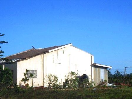 屋根の飛んだ家