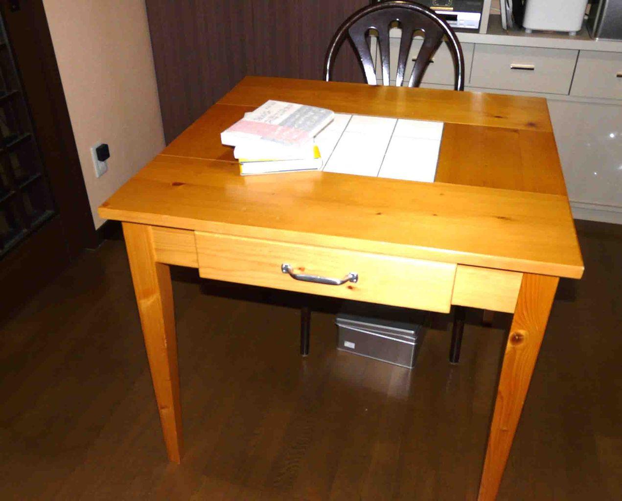 11 8 3天板タイルのテーブル