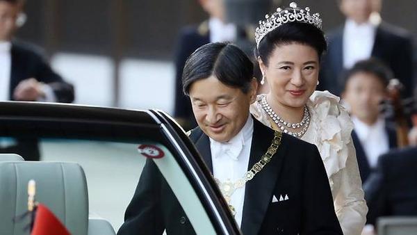 emperor-naruhito-and-wife-at-royal-parade