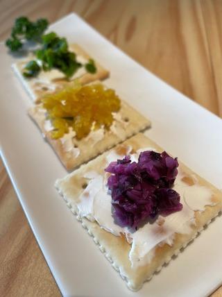 漬物とクリームチーズのクラッカー