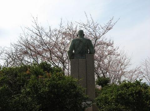 銅像の後ろから
