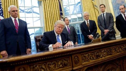 c6bd9e11-s 【悲報】 トランプ大統領、中絶禁止の大統領令に署名 → 中絶推進派のフェミ、ブチギレ 「クソオス死ねえええええ」