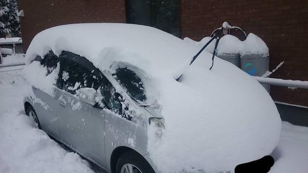 【悲報】ワイの車、雪に埋もれる(※画像あり)