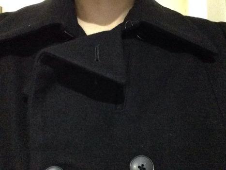 【画像】あるピーコート買ったら、襟が変なな立ち方で送られてきたんだが、これは普通なんだろかwwwww