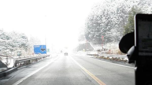 ちょっと道に積雪してるくらいで20キロでトロトロ運転する奴いたからwww