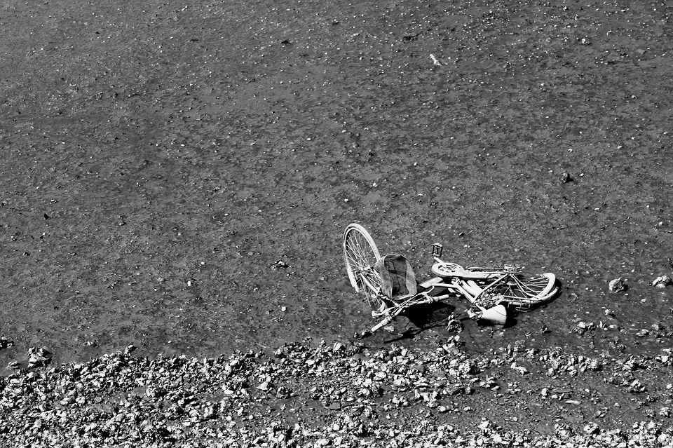 【悲報】僕の自転車、事故で車体を強く打って逝く