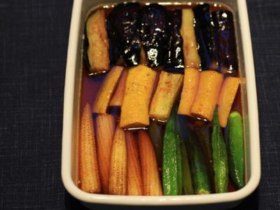 私がおススメの夏野菜のレシピは、「揚げ浸し」です。  茄子、ズッキーニ、オクラ、かぼちゃ等を揚げて、めんつゆに浸しておくだけ。シンプルで簡単だけど、新鮮な夏