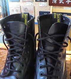そこで紐通しを革で製作。 ナイロンで強度をあげてあります。 どうですか? 靴紐を通すことでベロがずれなくなります。