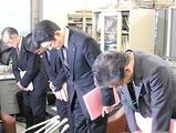 会見の冒頭、談合事件について改めて謝罪する鈴木英一局長