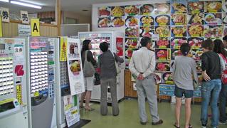小川港魚河岸食堂の入り口券売機付近