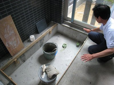 桧の浴槽設置スペースと監督のTさん