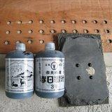 ベニヤで作ったビー玉定規、床モルタルに混ぜた墨汁と出来上がりサンプル