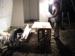棚板加工中の職人