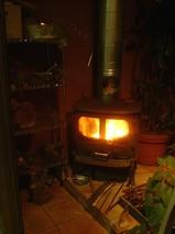 ストーブ本体のすぐ上の穴が温風吹き出し口