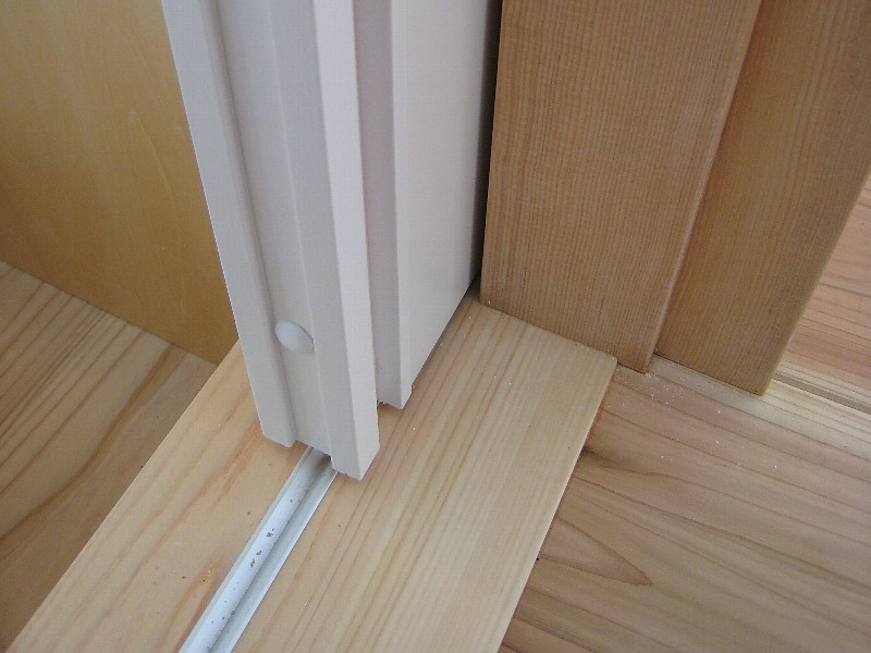 引込戸① 納め方は壁の方に取り外し可能の細木(ヒモ)を取り付けたり、 戸の小口に... 引込戸の